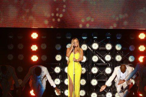 樂壇天后瑪麗亞凱莉第3度來台開唱,「Emotion」、「Honey」等歌中盡情飆「海豚音」,雖不及全盛時期清亮,已是她近年來最佳狀況,贏得觀眾掌聲。而她全場不斷用中文說著「謝謝」,拉近和觀眾的距離,...