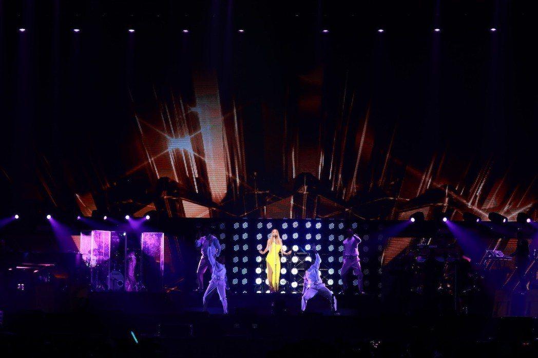 瑪麗亞凱莉在演唱會上特別獻給台灣觀眾不一樣的新歌。圖/晧星文化提供