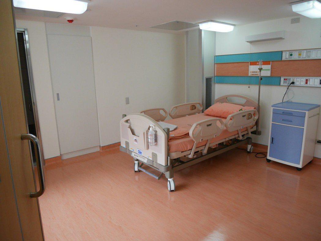 負壓隔離病房整修後昨全新開幕,未來聯合醫院和平婦幼院區9樓全樓層將作為負壓隔離病...