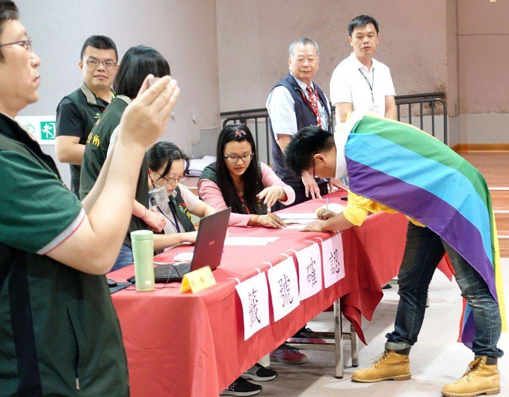 時代力量許皓甯(右)今天披戴著彩虹旗抽號碼,表達立場。圖/時代力量台中市黨部提供