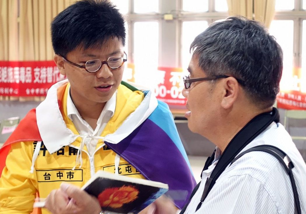 時代力量許皓甯(左)今天披戴著彩虹旗抽號碼,表達立場。圖/時代力量台中市黨部提供