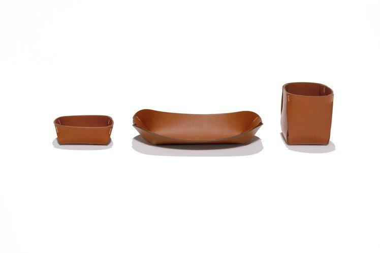 Pli_H 系列韁繩皮革辦公用品(由左至右)名片盒,14,100元;鉛筆托盤,1...