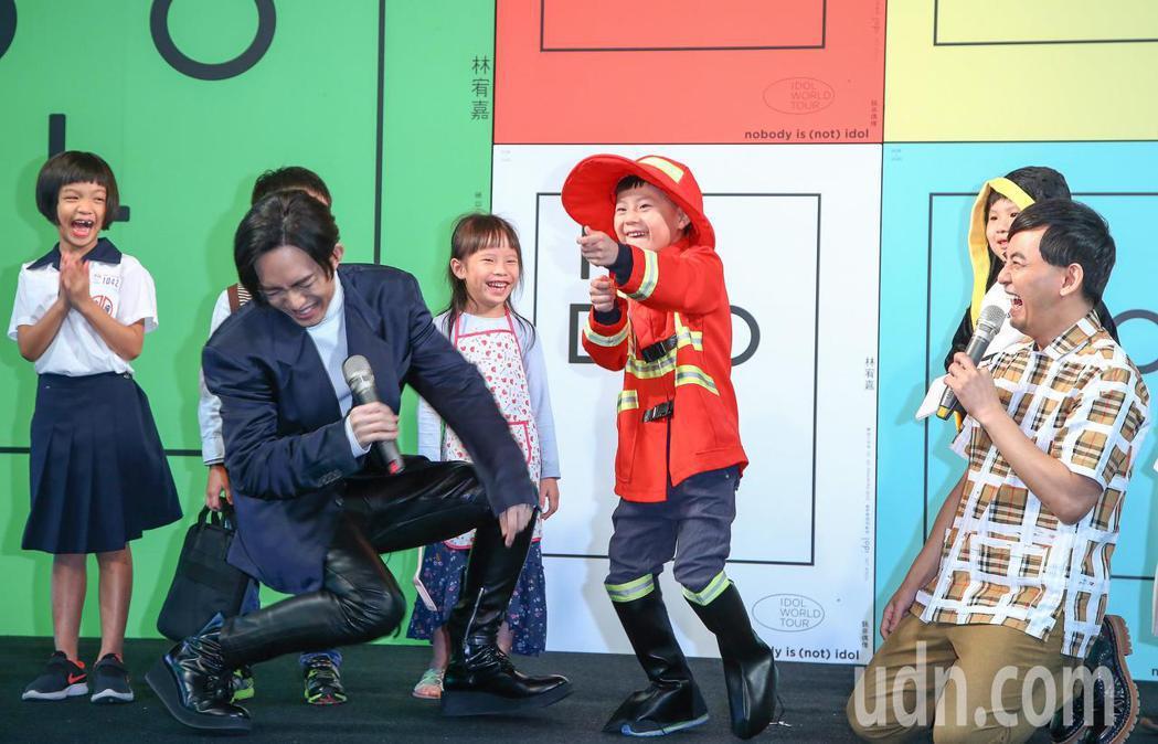 林宥嘉12月29、30日將在台北小巨蛋舉辦演唱會,今宣傳記者會上找來8名小朋友扮...