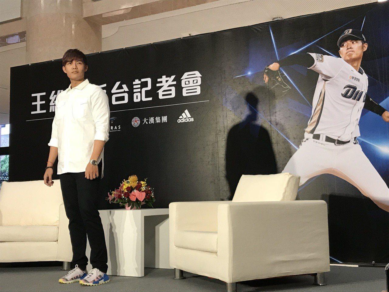 王維中在返台記者會上暢談旅韓心情。記者陳宛晶/攝影