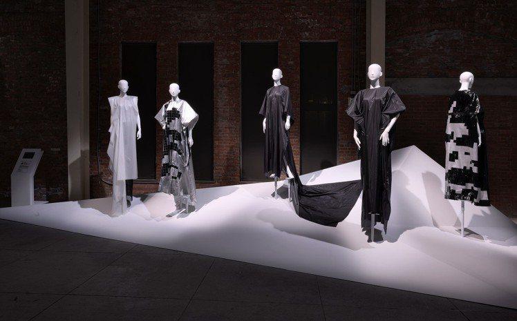 鄒游的異材質拼接服裝作品,展開來都是一塊長方形的布面。圖/團團文創提供