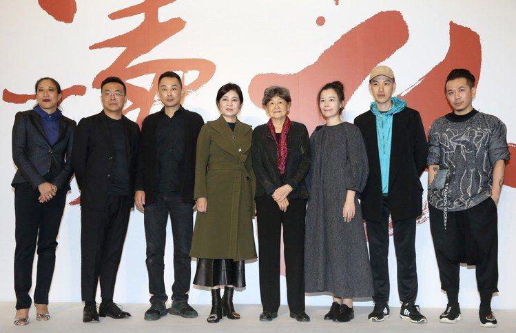 「讀衣III」藝術時尚跨界展策展人董陽孜(左5)、馮亞敏(左4)以及參與的6位設...