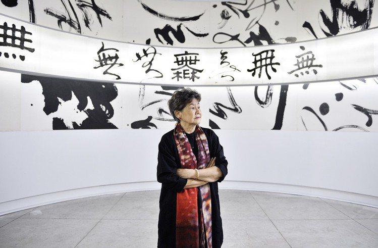 「讀衣III」策展人董陽孜在展場中的墨寶區。圖/團團文創提供