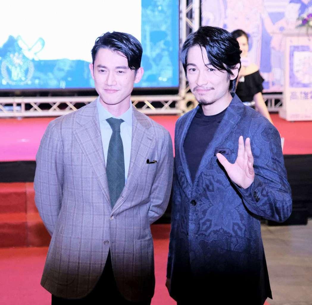 兩大開幕片主角吳慷仁(左)與藤岡靛歡喜合照。圖/高雄電影節提供