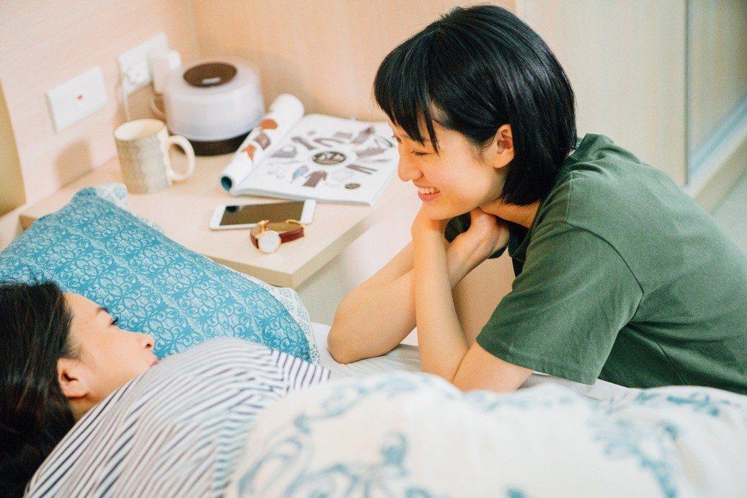 葉慈毓(右)、Janet演出「20之後」,女女互動姿勢,連男生看了都害羞。圖/公...