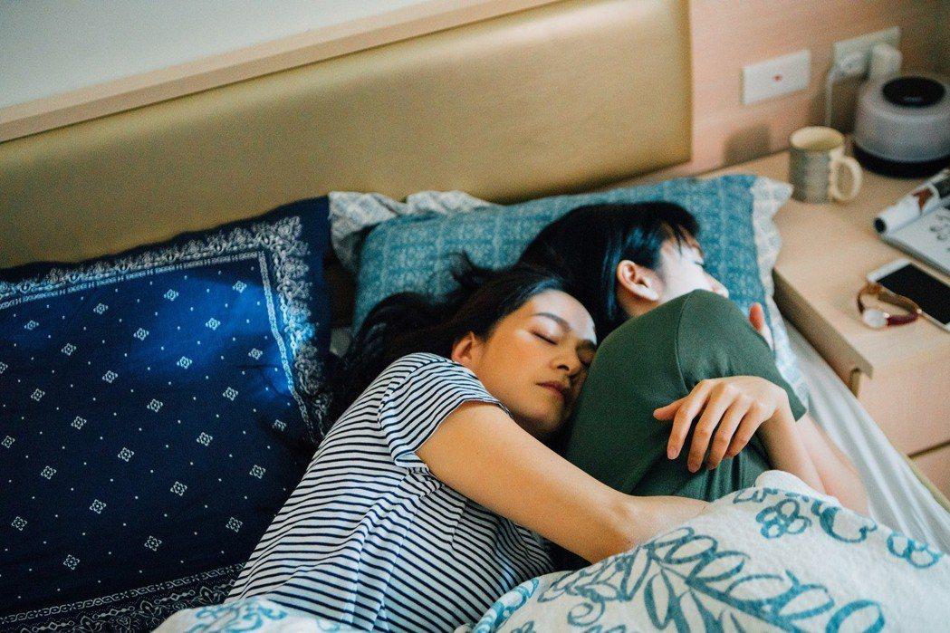 葉慈毓(右)、Janet在「20之後」戲中相擁入眠。圖/公視提供