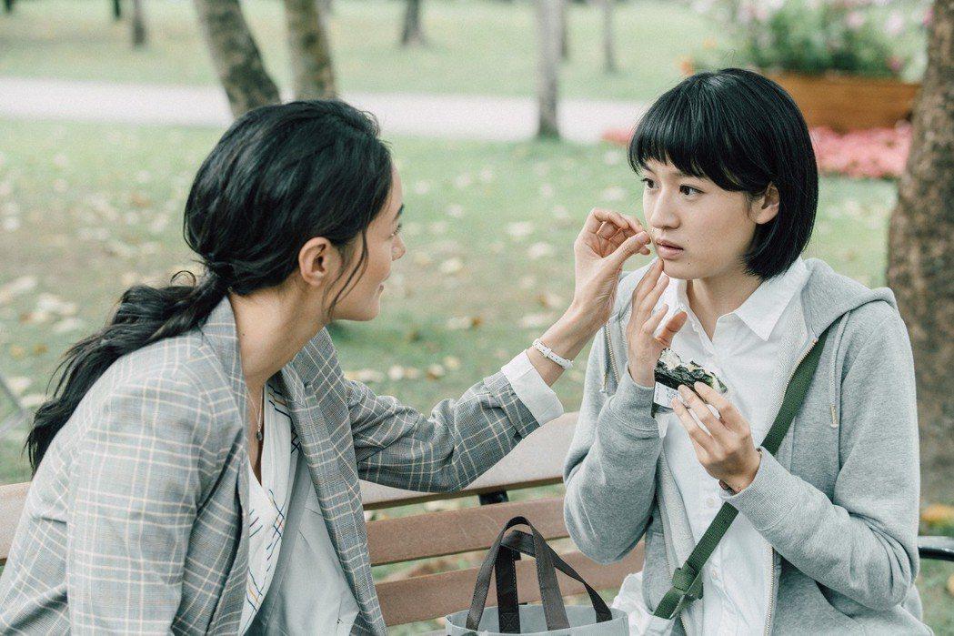 葉慈毓(右)在Janet親暱取下她臉頰飯粒,心跳瞬間漏跳一拍。圖/公視提供