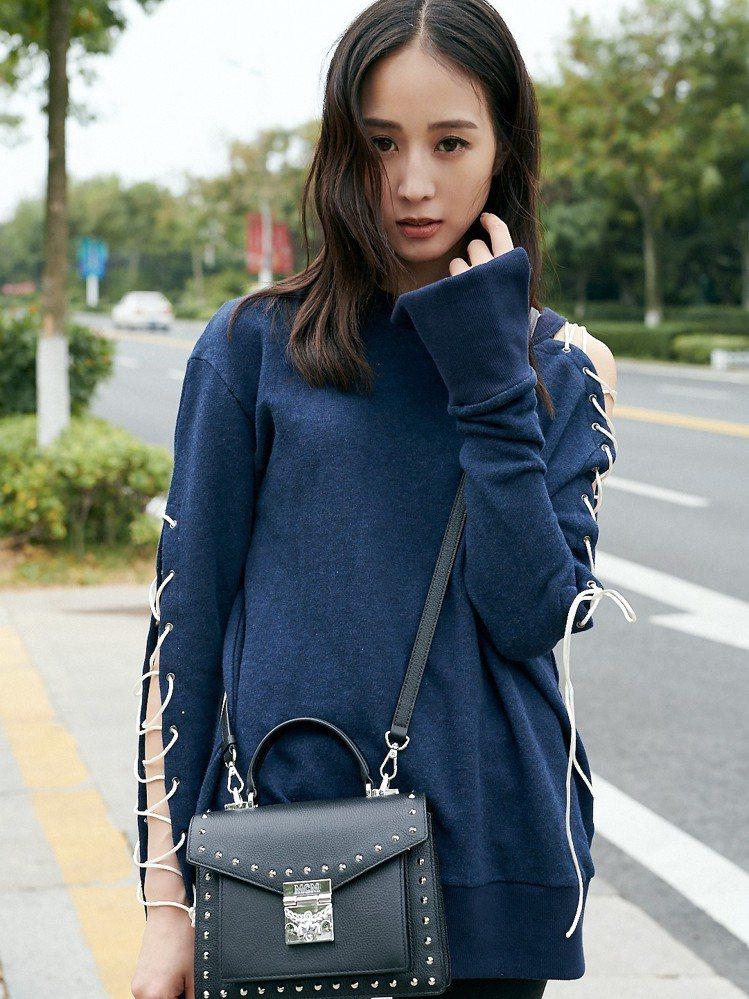 張鈞甯演繹MCM秋冬Patricia鉚釘裝飾黑色手提肩背包。圖/MCM提供