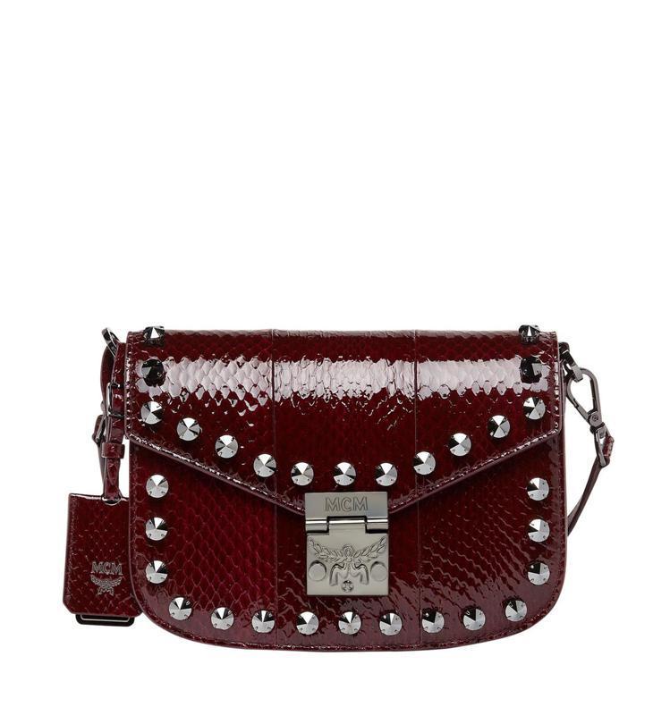 MCM Patricia水晶裝飾紫紅色蛇皮肩背包,售價49,500元。圖/MCM...