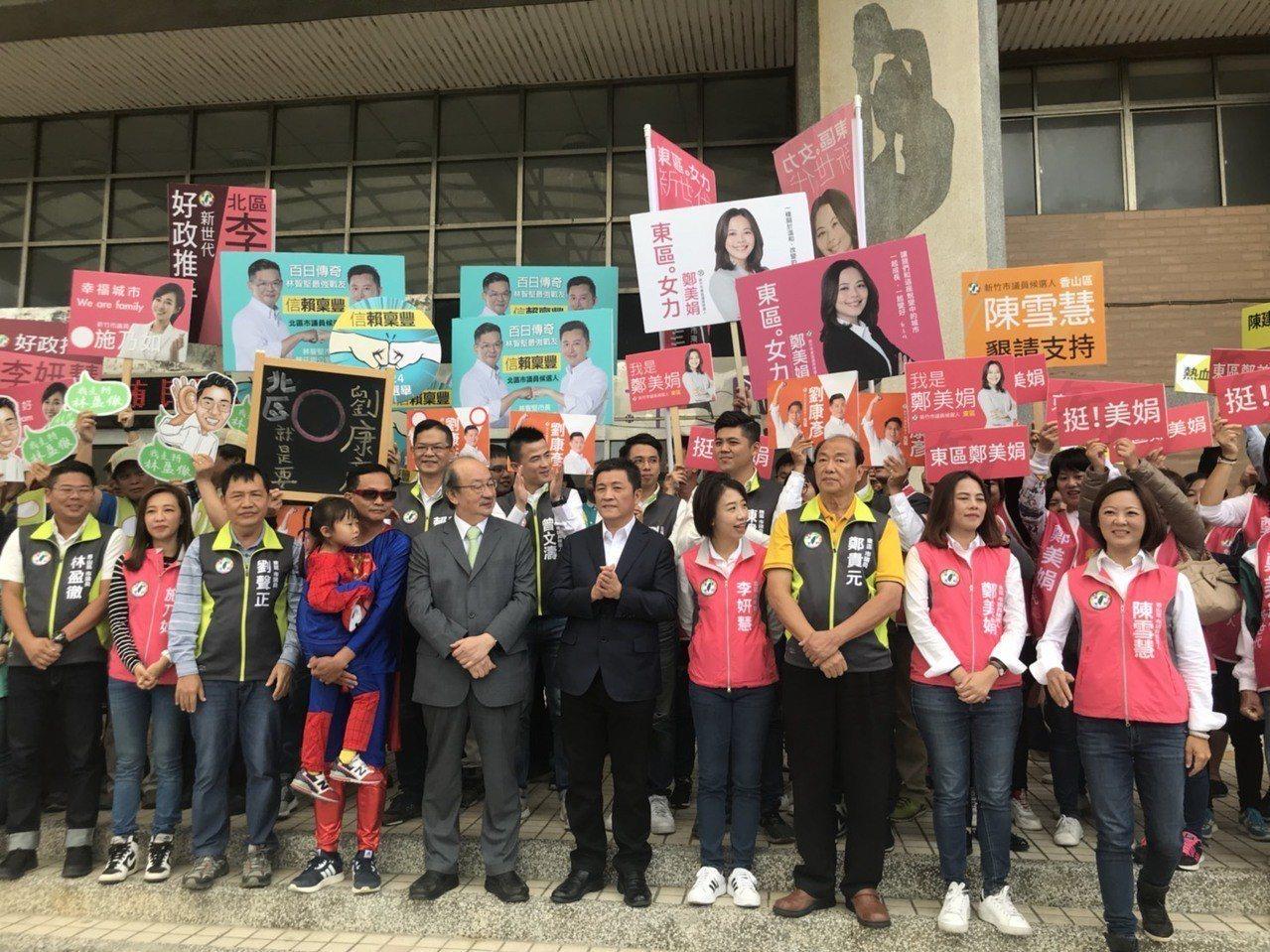 民進黨籍爭取市議員連任的候選人曾資程(第一排,左四)抽到8號,他穿著「超人」的服...