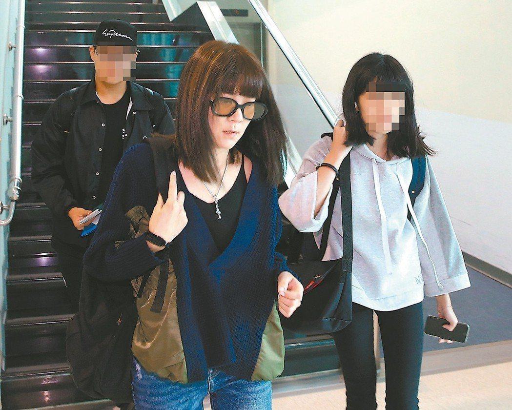 陸元琪(中)帶著兩個孩子到上海探視袁惟仁。 本報資料照片