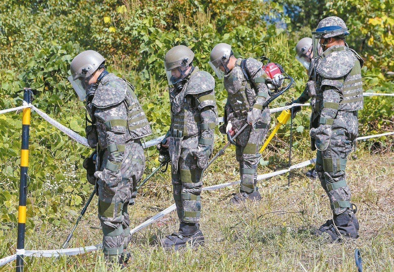 南韓士兵二日在非軍事區內執行掃雷。 (法新社)