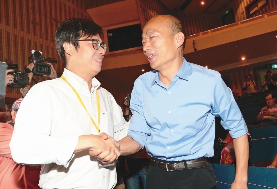 高雄市長選舉抽籤,民進黨市長候選人陳其邁(左)、國民黨市長候選人韓國瑜微笑握手但...
