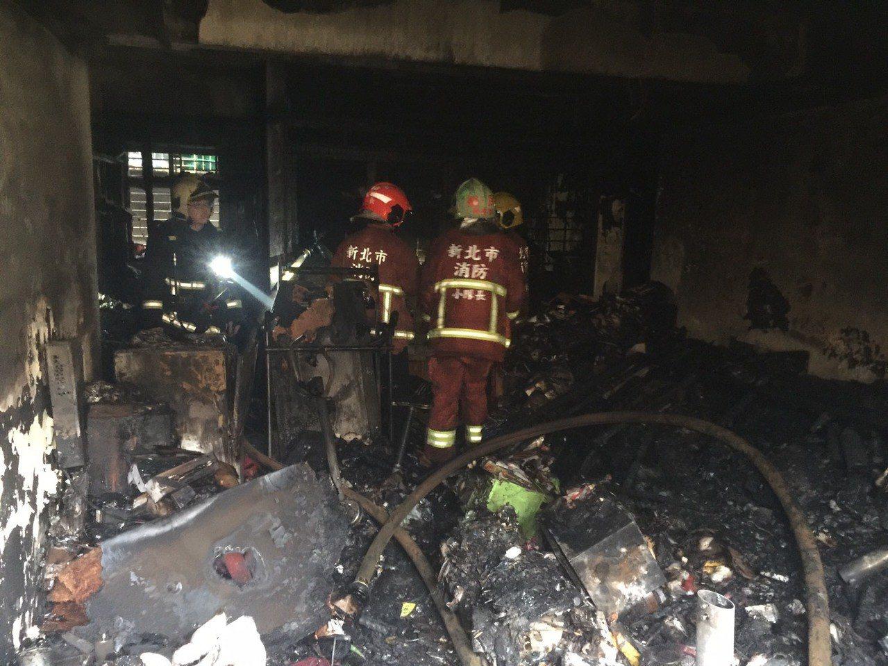 新北市消防人員撲滅火勢後進入查看,屋內已經燒得一片焦黑。記者巫鴻瑋/翻攝
