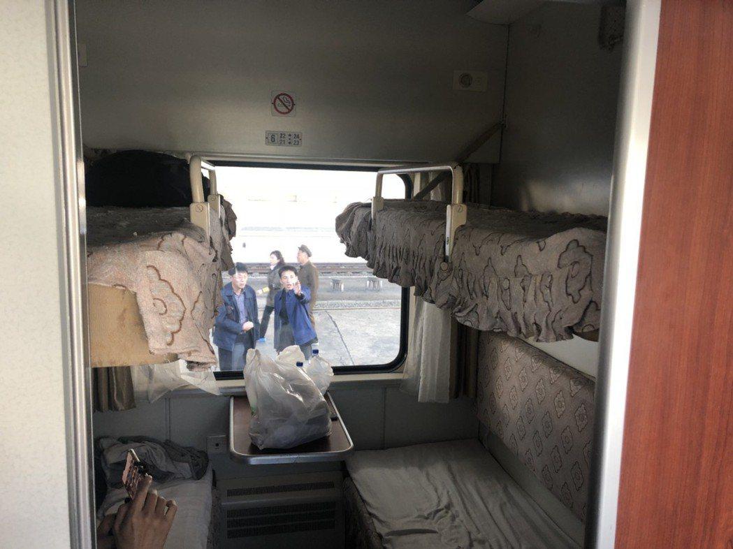 旅遊專列有座位、臥鋪,但4人臥鋪往往擠滿6至8人。記者侯俐安/攝影