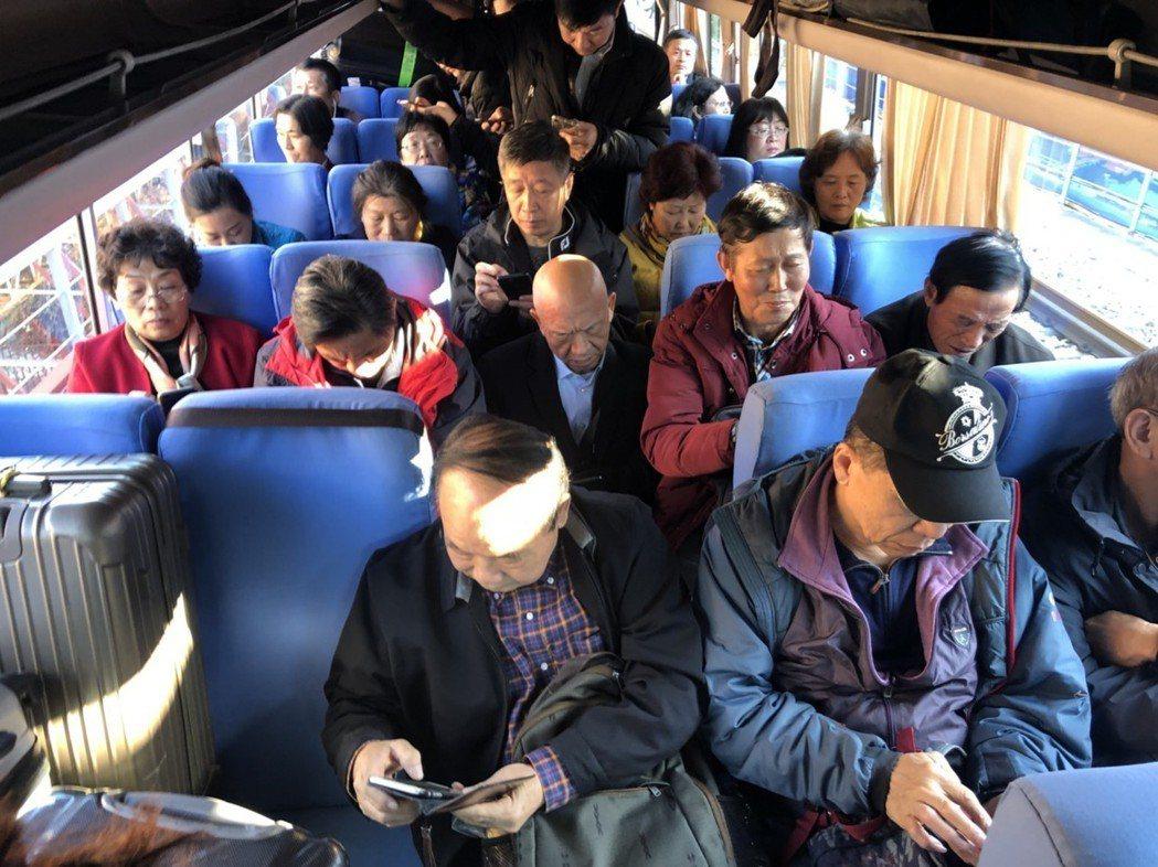從大陸丹東到北韓新義州,搭乘「旅遊專列」必須歷經兩次巴士接駁,這段接駁車由陸方、...