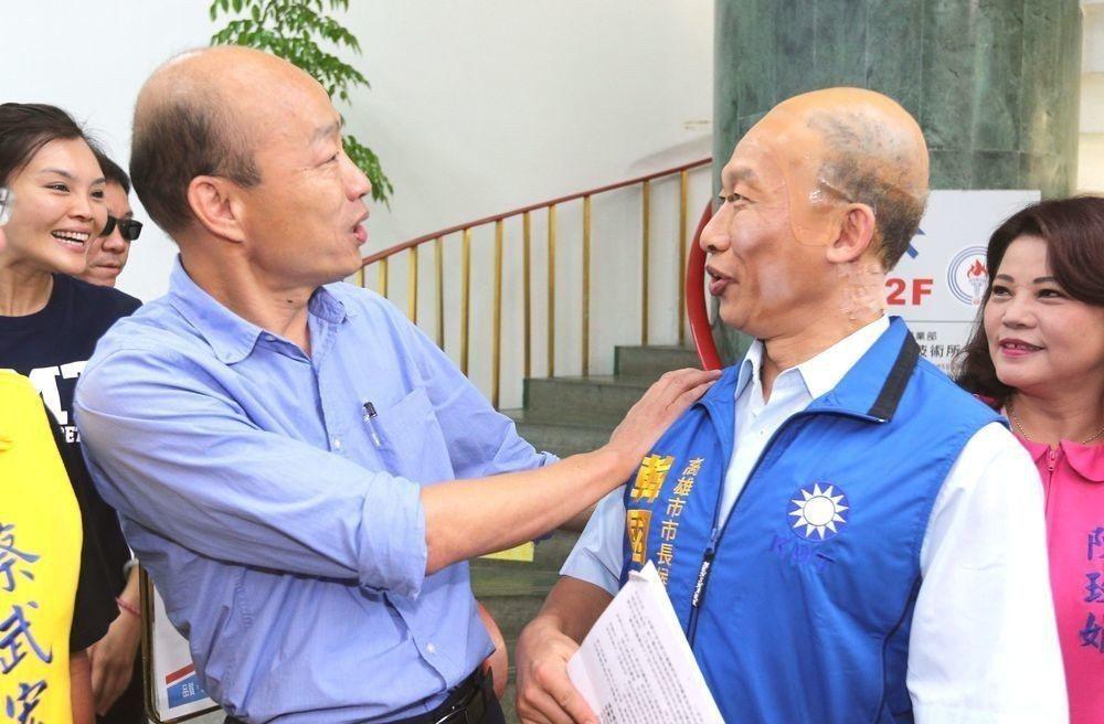 韓國瑜(左)不時拿禿頭自我消遣,卻讓他辨識度大增,連善於模仿的藝人郭子乾扮他時都...