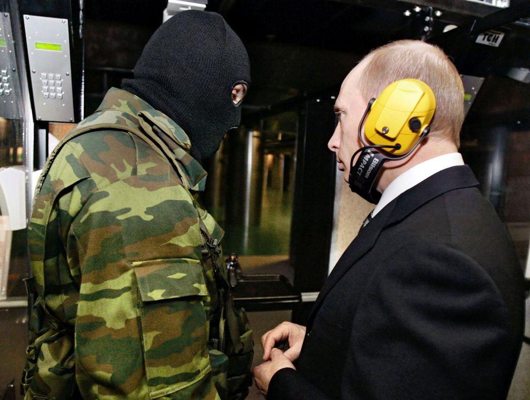 「格魯烏」(GRU)特務(左)和俄羅斯總統普亭。 (路透)