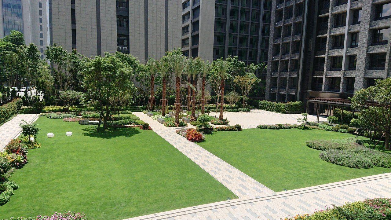 「華固新天地」社區擁有千坪中庭花園。陳美玲/攝影