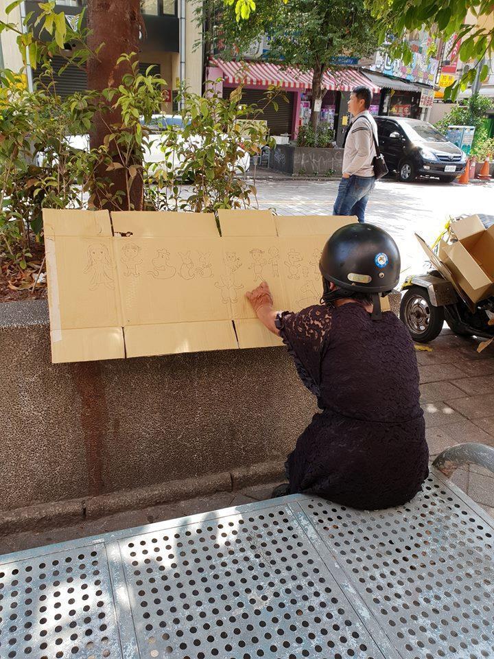 阿嬤隨手在回收紙箱上畫圖,網友直誇「好可愛!」圖/取自臉書社團「爆廢公社」