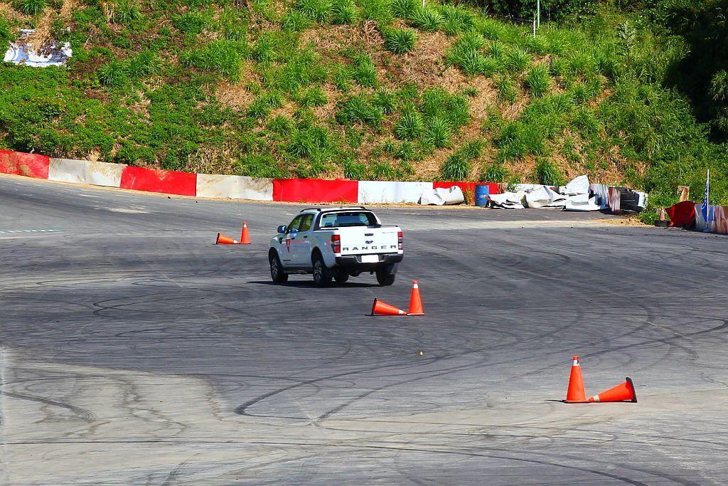 皮卡車也要進行繞錐測試?其實原廠是要展現Ranger在柏油路面操駕時的順暢度,消除皮卡車難以掌握車身動態的舊有印象。 記者張振群/攝影