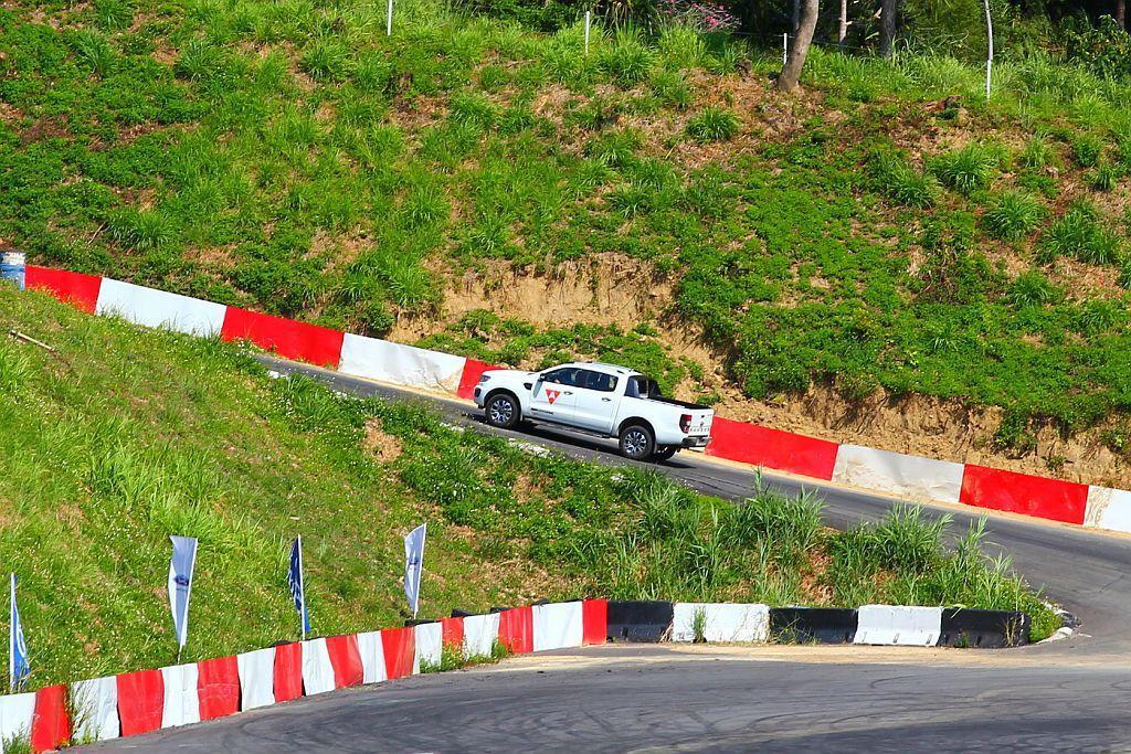 小改款Ford Ranger於引擎轉速2,000rpm就能輸出峰值扭力,因此上坡起步時駕駛不用急於大踩油門,來減少車輛突然衝起的狀況。 記者張振群/攝影