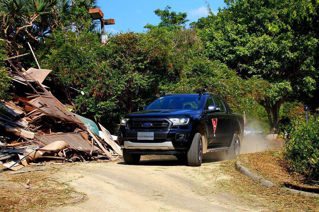 皮卡車的優勢在於底盤離地高度比都會休旅車更好,看到坑洞與不平路面能較無顧慮直接穿越,行經落差較大的坑洞也不用害怕。 記者張振群/攝影