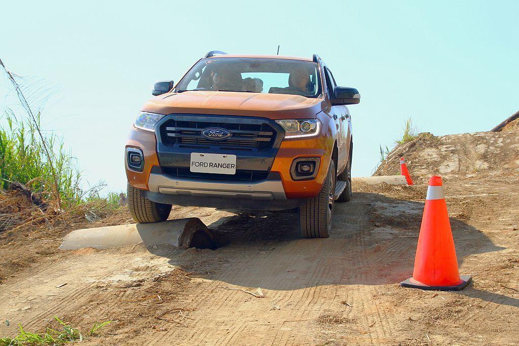 小改款Ford Ranger換上新2.0L Bi-Turbo柴油雙渦輪引擎,藉由雙渦輪佈局與嶄新10速變速系統的調配,使動力輸出不會太突兀在越野路段時也能更輕鬆掌握車輛動態。 記者張振群/攝影