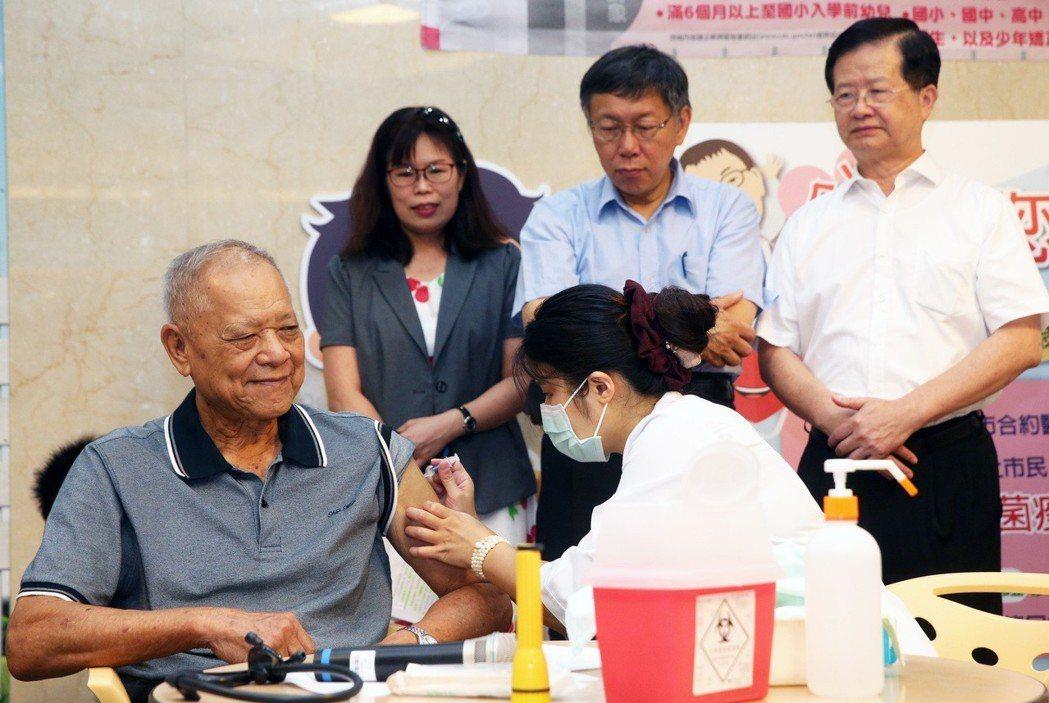 台北市長柯文哲的爸爸柯承發(左一)。 圖/聯合報系資料照片