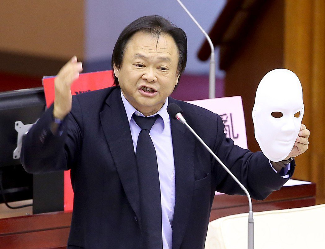 民進黨市議員王世堅說,放眼台灣政壇,最「靠爸、靠母」的就是台北市長柯文哲。 ...