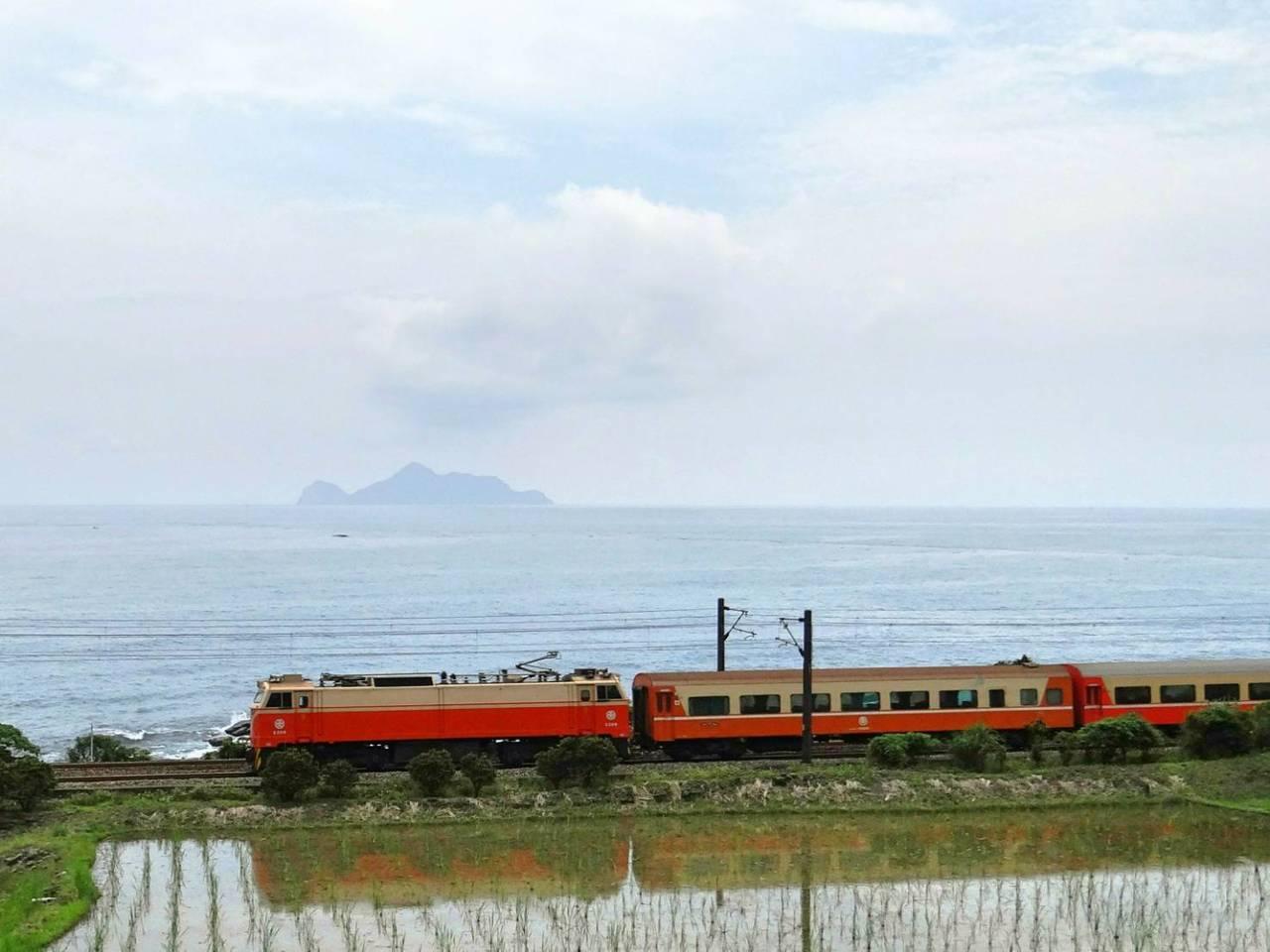 台鐵局郵輪式列車,今年冬天帶旅客到宜蘭泡湯。圖/台鐵局提供