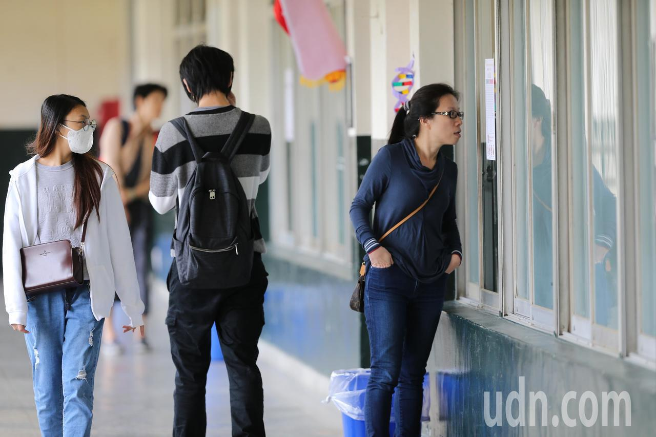 高中英文聽力測驗上午在師大附中等校舉行,不少學生前來應考,為將來的大學申請等入學...