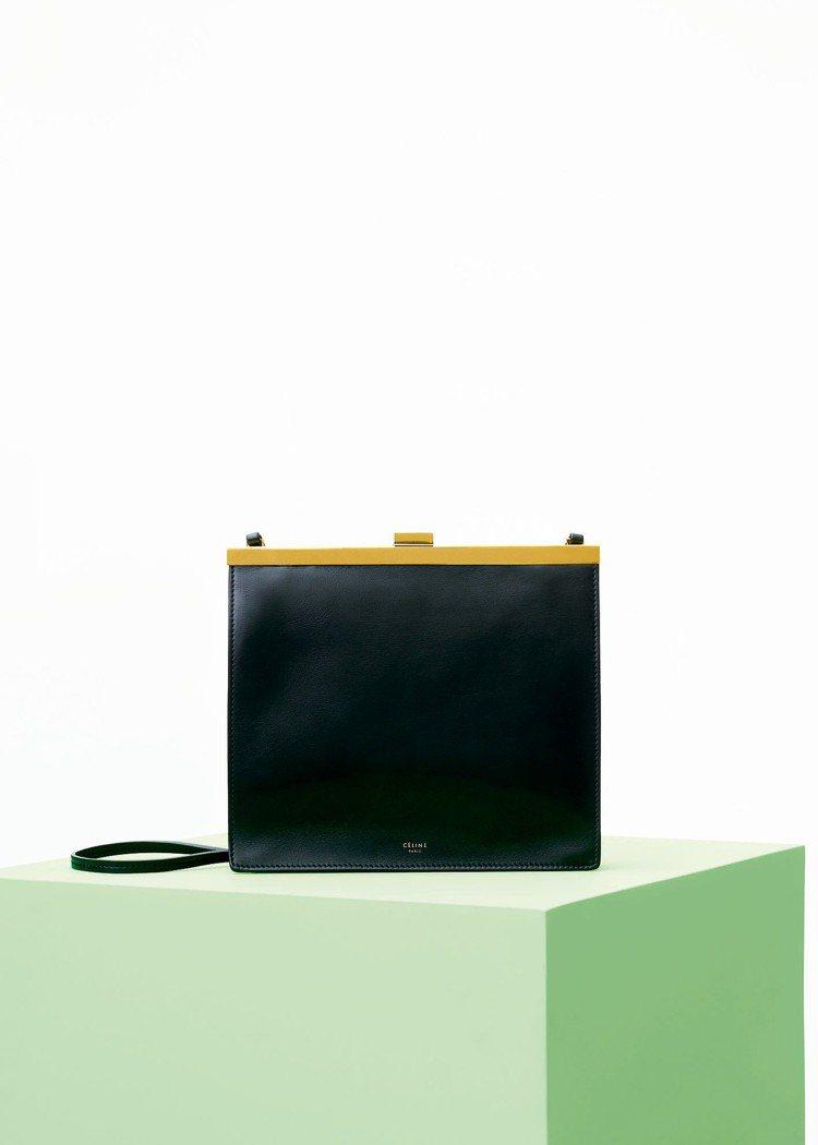 Clasp Mini黝黑色天然小牛皮肩背手拿包,售價68,000元。圖/CELI...
