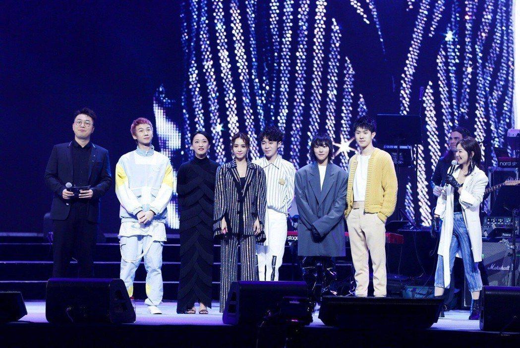 周迅(左三)邀請蔡依林(左四)、吳青峰(左五)、竇靖童(左六)等人參與公益演唱會...