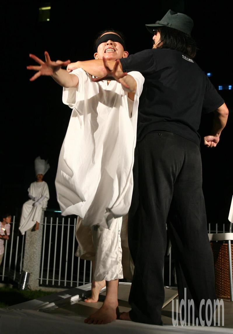 2008年陳文成殉難27年紀念儀式在蔡瑞月舞蹈社舉行,以行動劇緬懷過去的民權鬥士奮鬥的歷程。聯合報系資料照/記者陳正興攝影