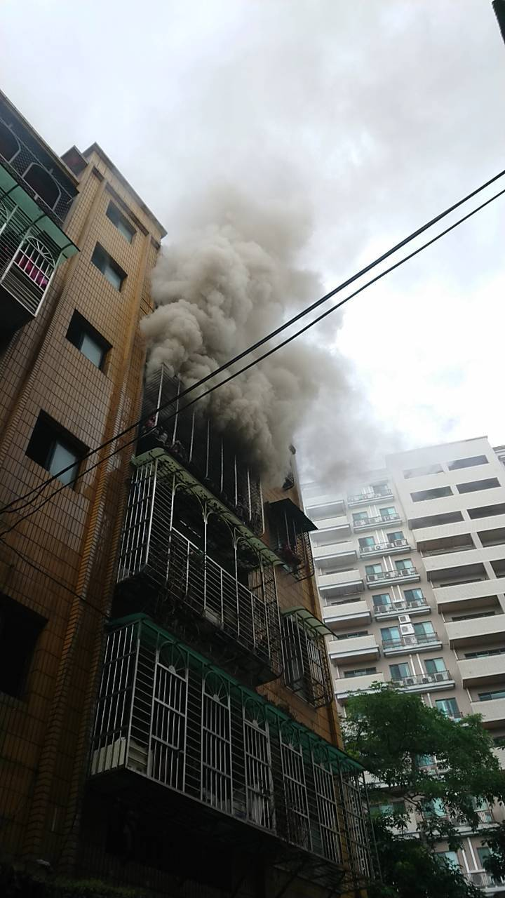 公寓4樓不斷冒出滾滾濃煙。記者巫鴻瑋/翻攝