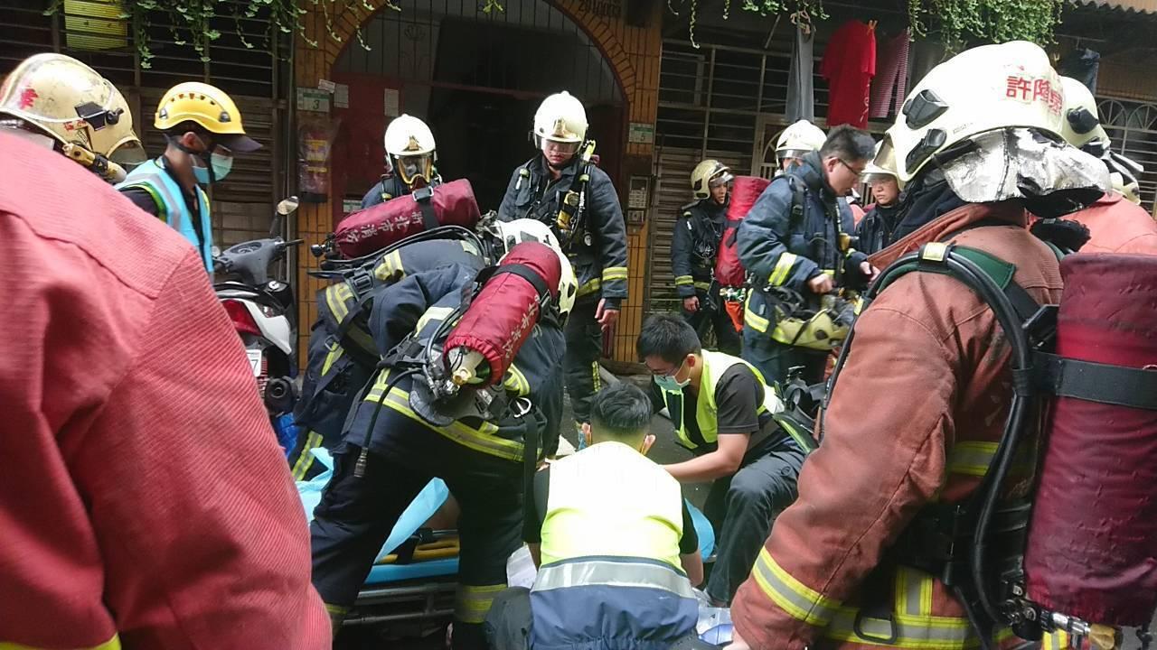 警消破門後在屋內廁所發現黃姓男子倒臥在地,OHCA狀態,急送輔大醫院救治。記者巫...