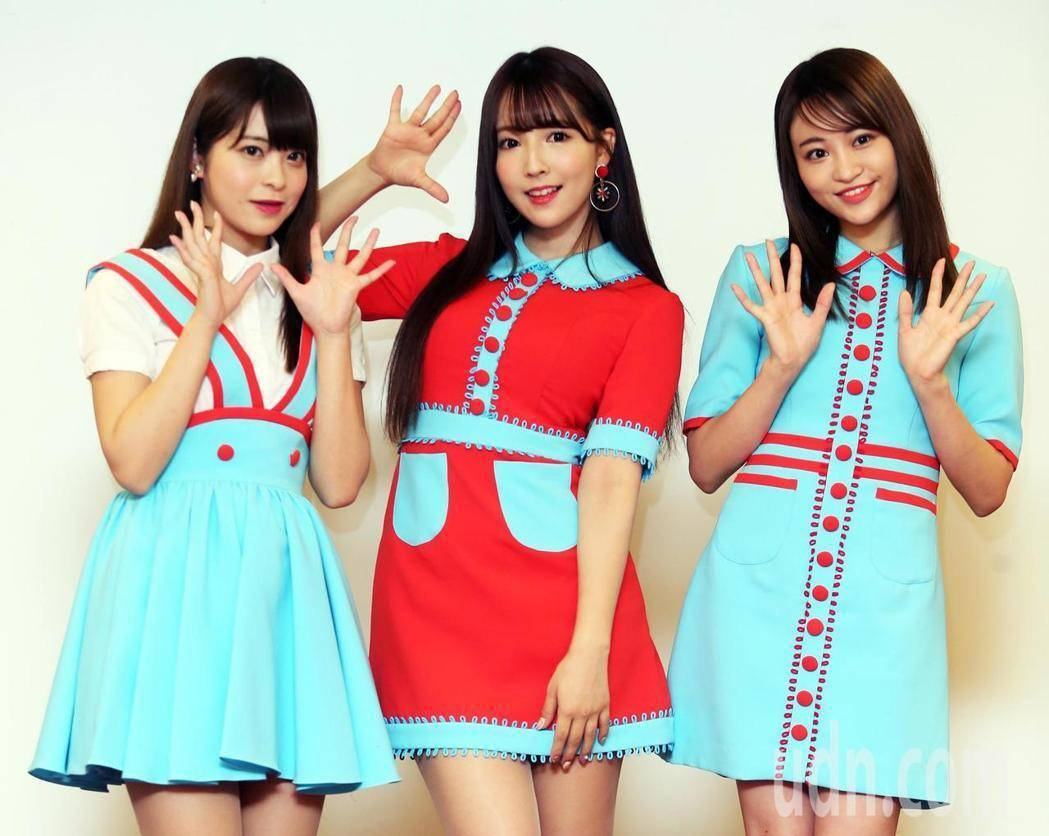 由三上悠亞(中)、櫻萌子(右)與松田美子(左)組成的女團蜂蜜爆米花(Honey ...