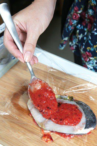 古籍記載紅麴有活血健脾之效,近年掀起養生風,台灣市面有許多紅麴產品,甚至入菜。但...