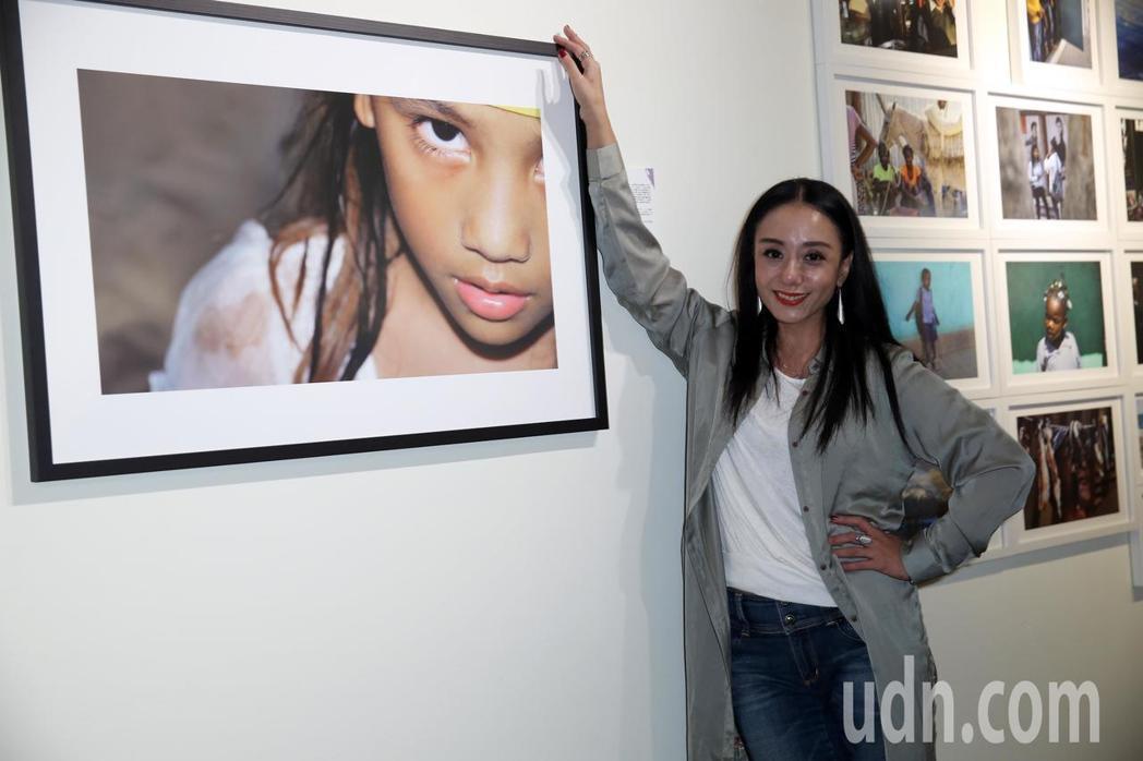 高慧君攜帶作品參加2018國際攝影節藝人攝影展。記者曾吉松/攝影