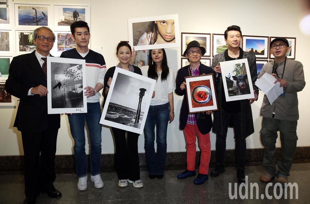 國際攝影節主席康台生教授(左起)、施易男、楊貴媚、高慧君、鄧志鴻、吳皓昇、策展人...