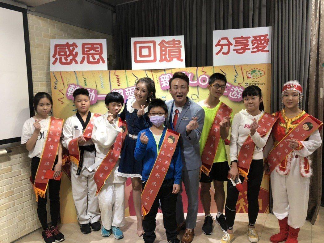 郭亞棠、紅毛和受表揚的小朋友。圖/民視提供