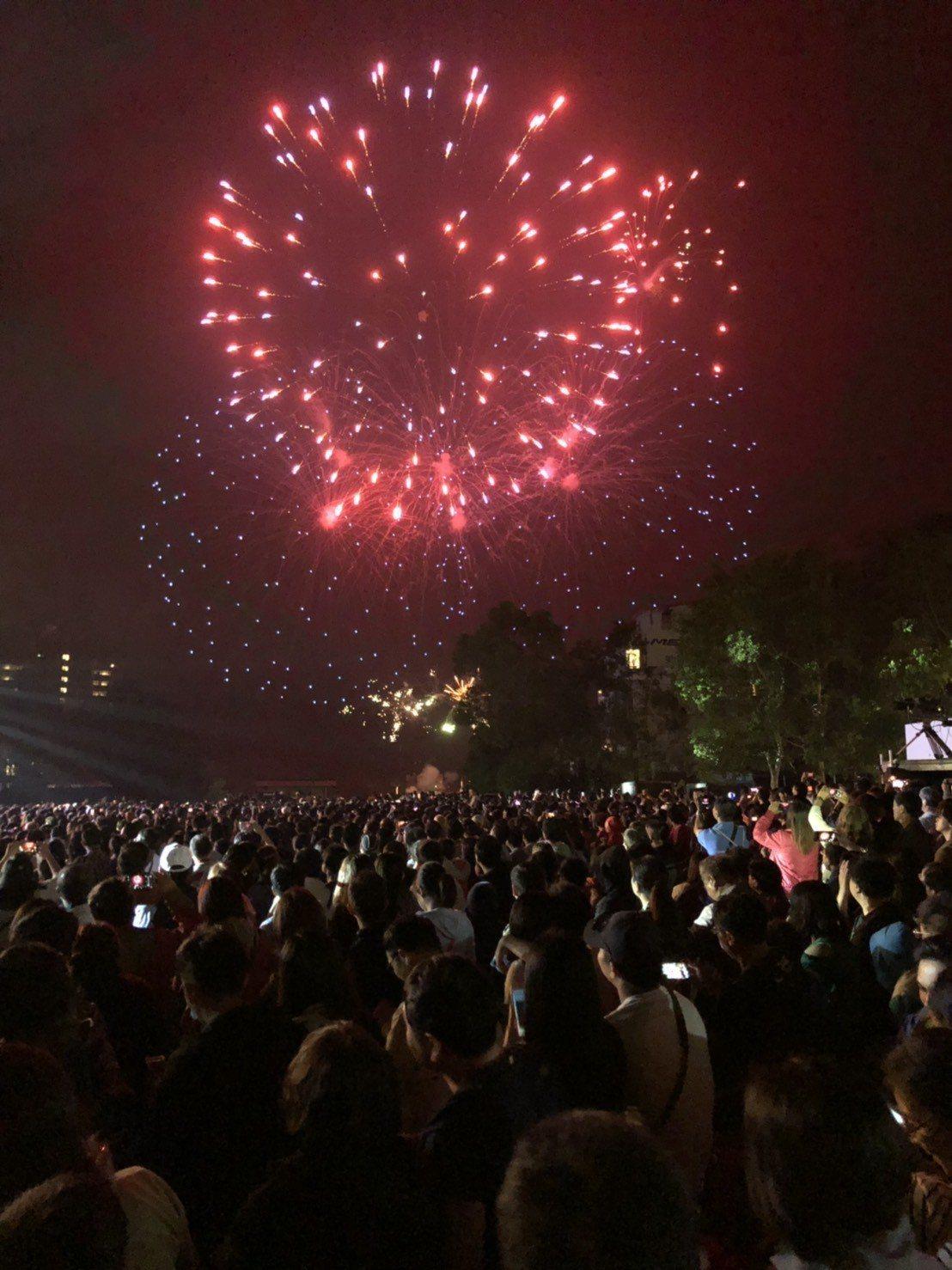 日月潭花火音樂會今晚吸引超過兩萬名樂迷到場聆聽,精彩的歌舞劇表演和絢爛的煙火秀,...