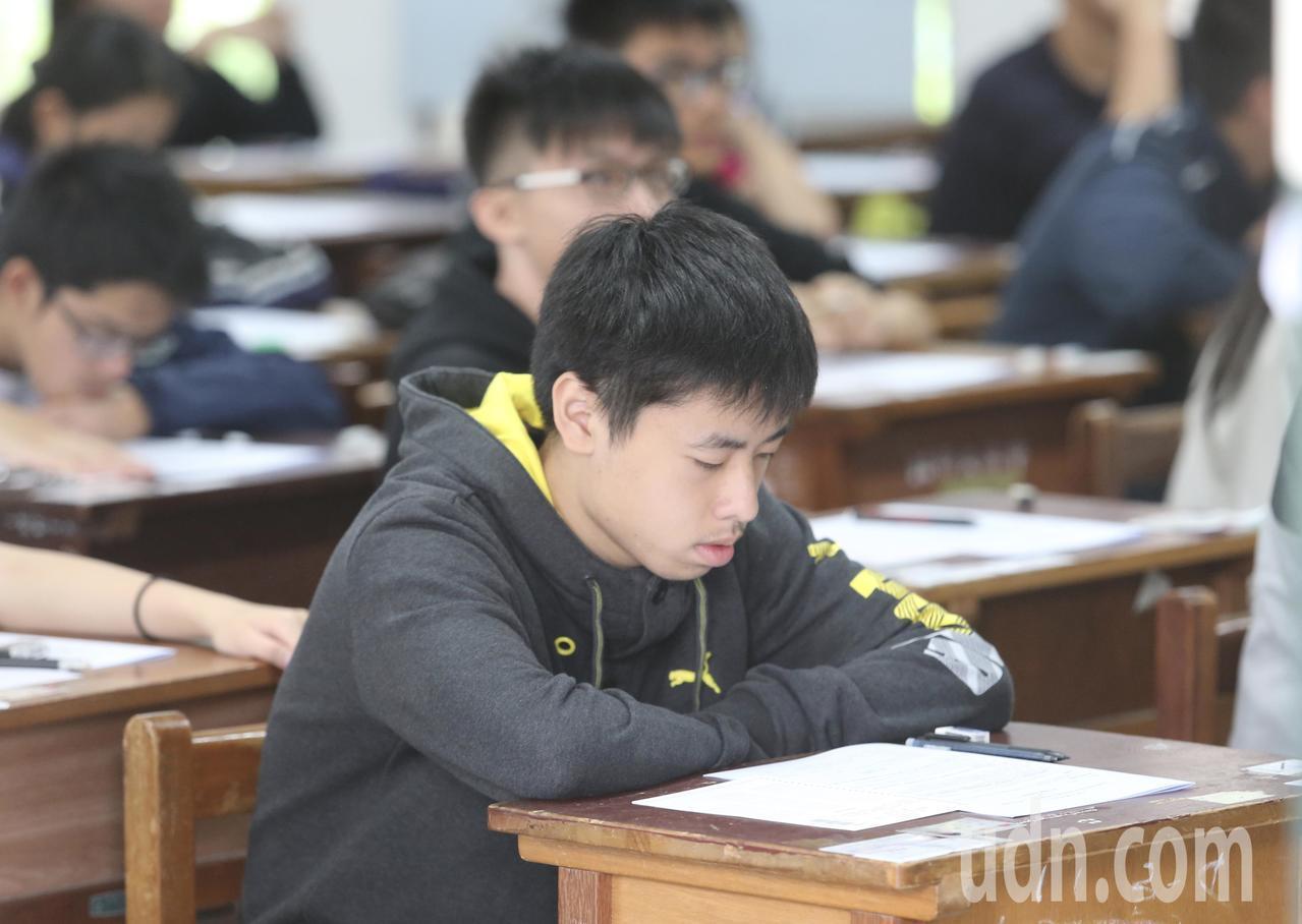 11.6萬多人報考、今年第一次高中英聽測驗今天登場。記者許正宏/攝影