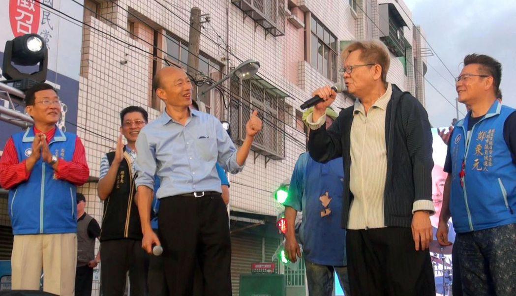 已經「封刀」不寫歌的創作鬼才鄭進一(右二),這次選舉自告奮勇為韓國瑜寫競選歌曲,