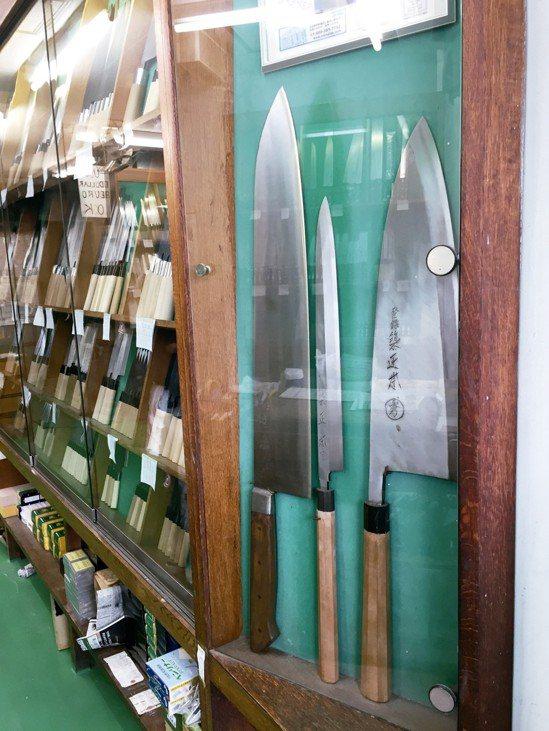 切魚切肉少不了一把好刀,築地市場也能找到很棒的刀具店。 圖/朱慧芳